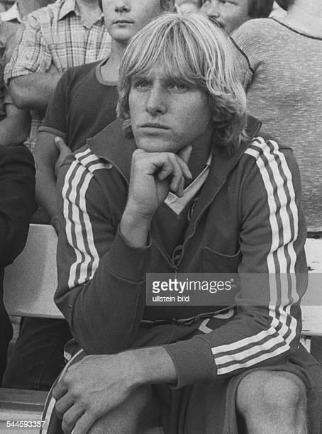 Schuster Bernd *Fussballspieler Trainer D sitzt auf der Ersatzbank und stuetzt den Kopf auf die Hand 1980