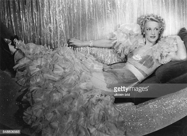 Schuster Friedel Actress Singer Germany * as 'Mrs Luna' at the Admiralspalast Berlin Photographer Rosemarie Clausen Published by 'Berliner...