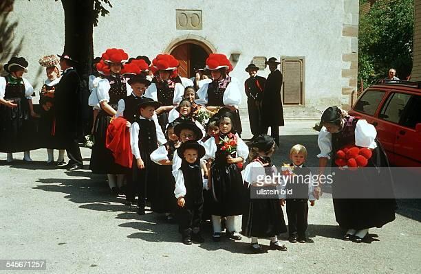 Schwarzwälder Frauen und Kinder in traditioneller Tracht im Gutachtal im Schwarzwald 2000