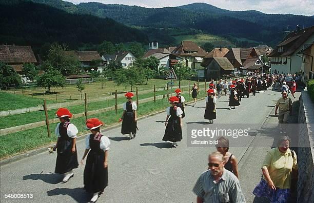Schwarzwälder in traditioneller Tracht im Gutachtal im Schwarzwald 2000