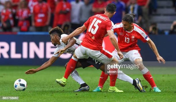 FUSSBALL Schweiz Frankreich Kingsley Coman in der Zange von Blerim Dzemaili und Ricardo Rodriguez