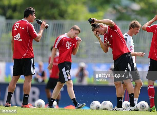 Schwitzen und Trinken Mario GOMEZ FC Bayern München und Toni KROOS FC Bayern München Trainingslager des FC Bayern München im Trentino am Gardasee in...