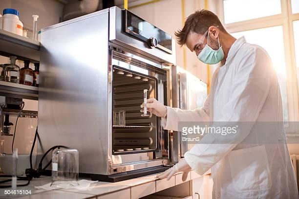 科学者について、テストチューブするために滅菌器の。