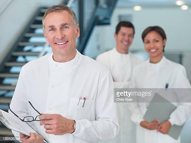 Wissenschaftler tragen Zwischenablage im Büro