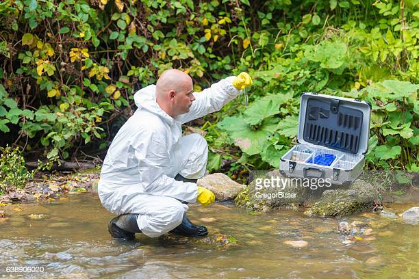 Scienziato examing tossici acqua