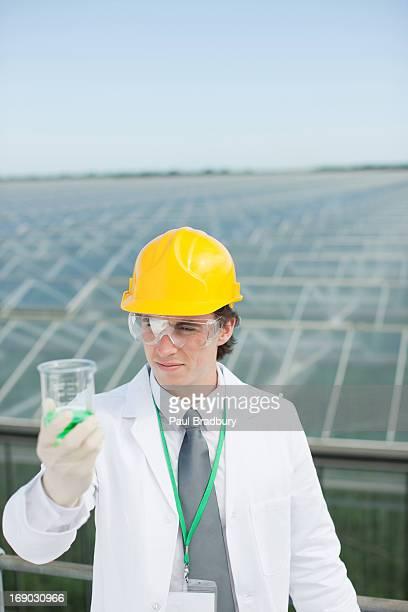 Científico examinar líquido en un tubo de ensayo