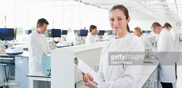 Wissenschaftler hält Zwischenablage im Labor