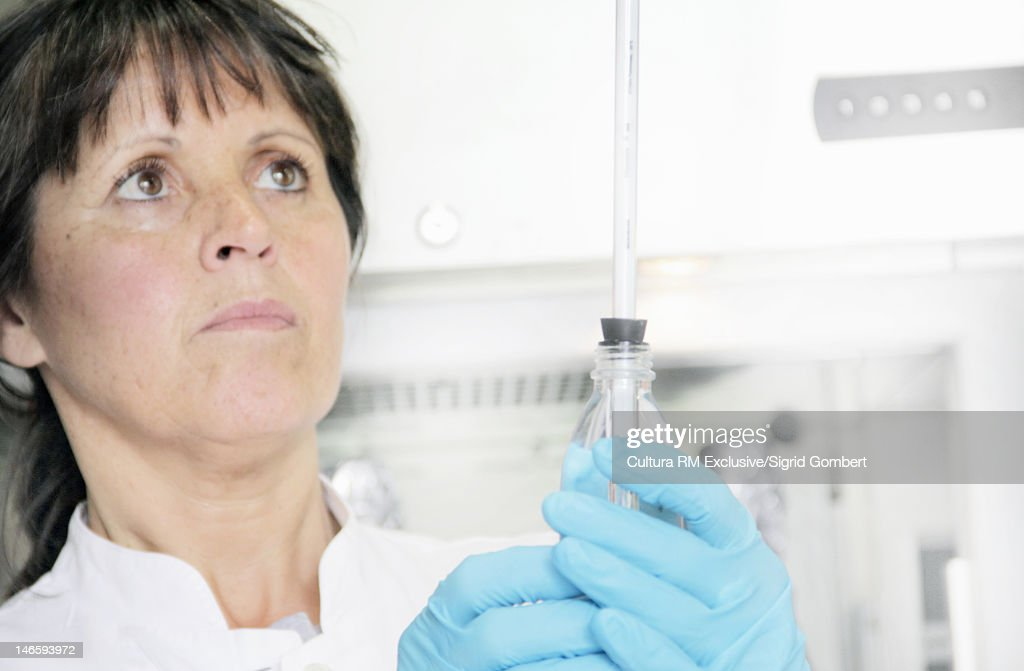 Scientist holding test tube in lab : Foto de stock
