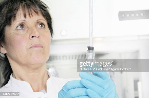 Scientist holding test tube in lab : Stock-Foto