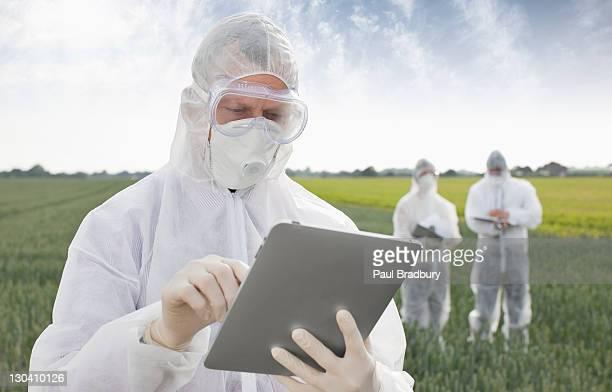Scientist in protective engranajes con tableta
