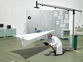 Wissenschaftler im Labor Kontrolle Papier Flugzeug