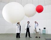 Científico de mirar hacia arriba en globos