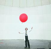 Wissenschaftler schaut bei Wetterballon