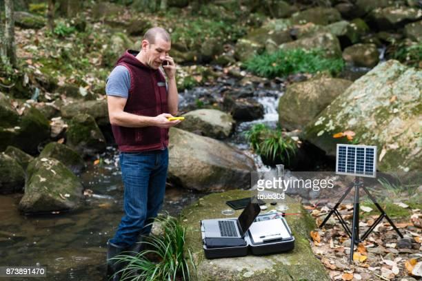 Een wetenschapper die toezicht op de kwaliteit van het water van een zonne-aangedreven veld laboratorium