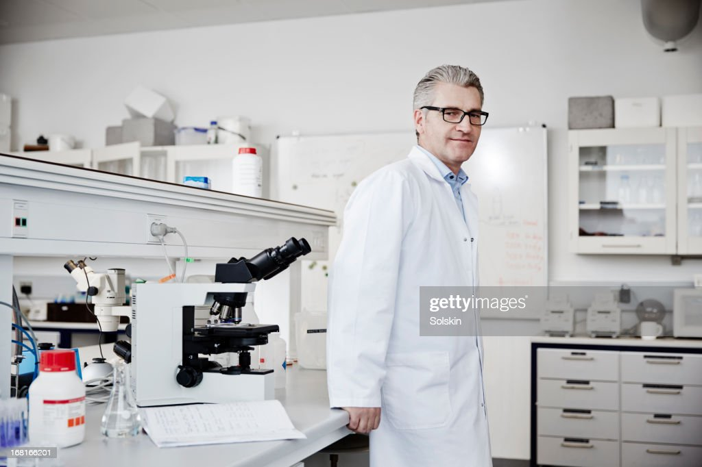 Scientist standing i laboratory : Stock Photo