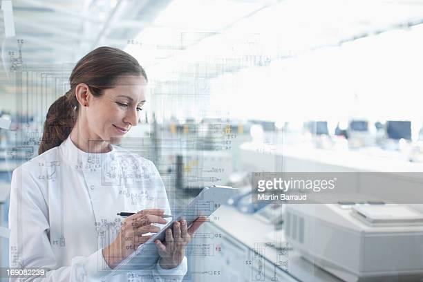 科学者は、タッチスクリーンを使用してクリップボードにラボ
