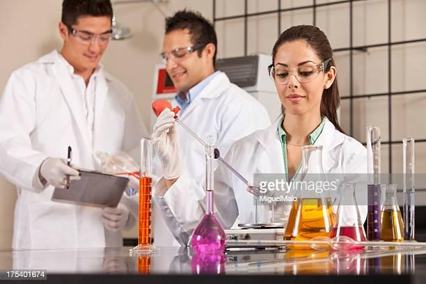 Scienziato che lavora in laboratorio con soluzioni