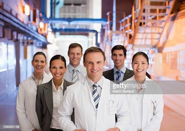 科学者やビジネスの人々に協力している工場