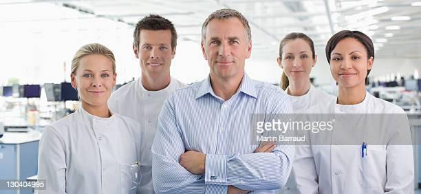 科学者やビジネスマン笑顔でラボ