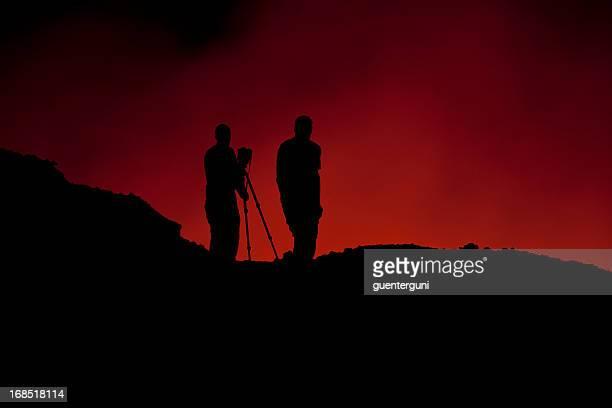 科学者が望む、輝く溶岩湖の Erta エール
