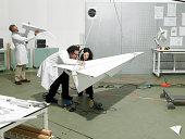 Wissenschaftler im Labor mit der Erstellung eines Flugzeug