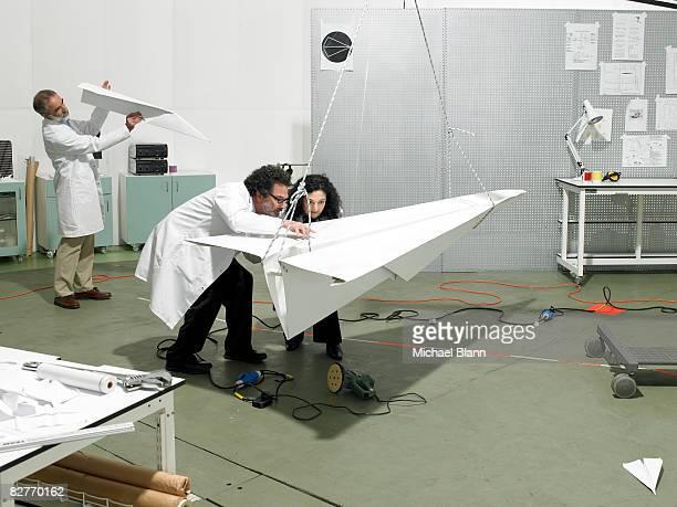 Científicos la creación de un avión en los análisis de laboratorio