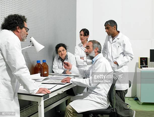 Wissenschaftler Diskussion um den Tisch im lab