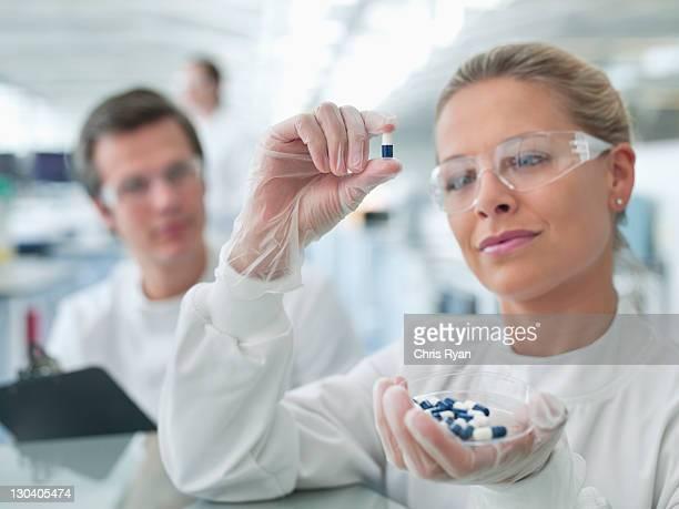 Scientifiques examiner les pilules en lab