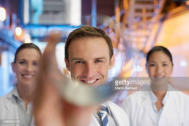 Wissenschaftler hält Zylinder in Fabrik