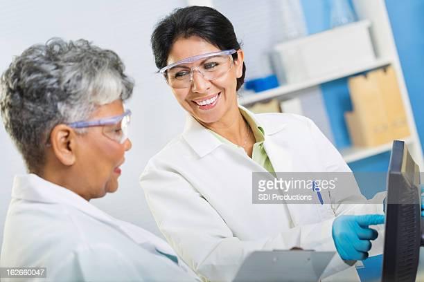 Gli scienziati revisione dei risultati di successo experiement in laboratorio