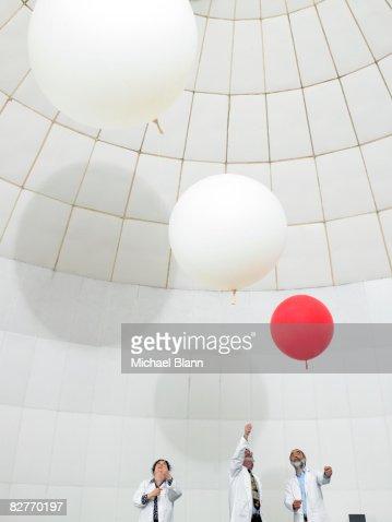 Gli scienziati orologio tempo ballons mobile verso l'alto : Foto stock