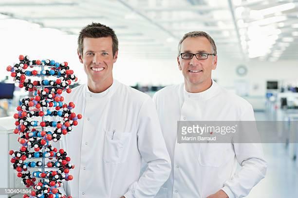 Les scientifiques avec modèle moléculaire de lab