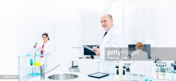 Scientifiques travaillant dans un laboratoire d'analyse