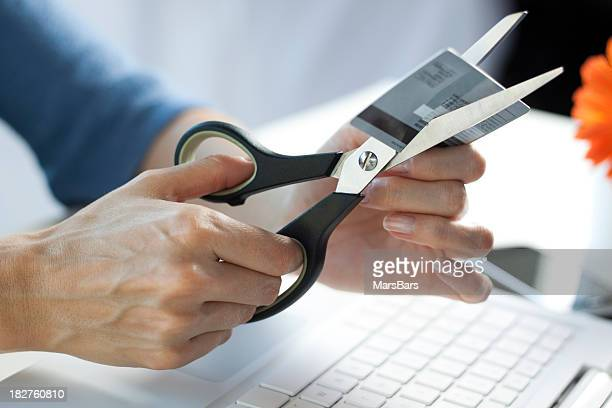 Schere Schneiden eine Kreditkarte