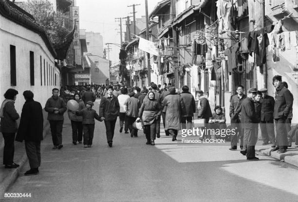 Scène dans une rue de la vieille ville de Shanghai en février 1979 en Chine