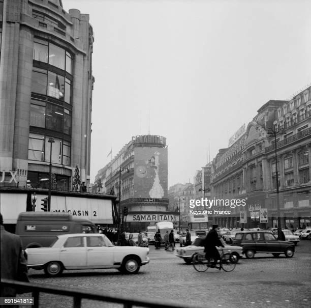 Scène de rue avec la Samaritaine en arrièreplan à Paris France le 1er décembre 1964