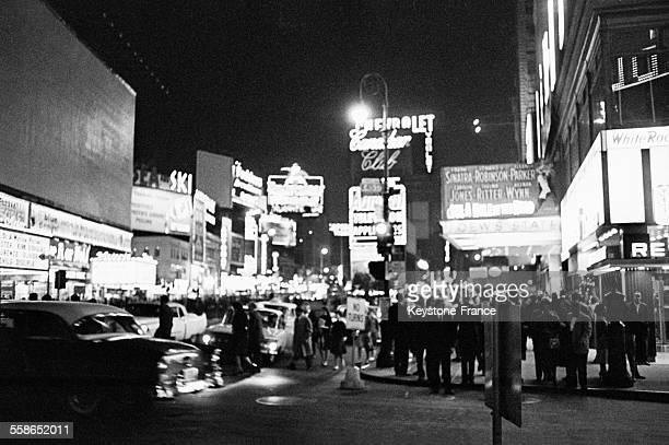 Scène de rue de nuit à New York EtatsUnis en 1955