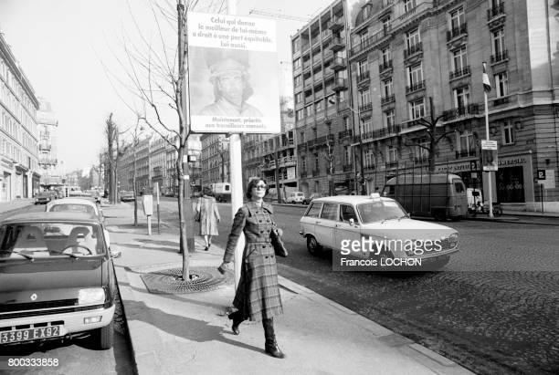 Scène de rue en mars 1976 à Paris France