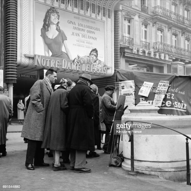 Scène de rue à Paris France en 1956