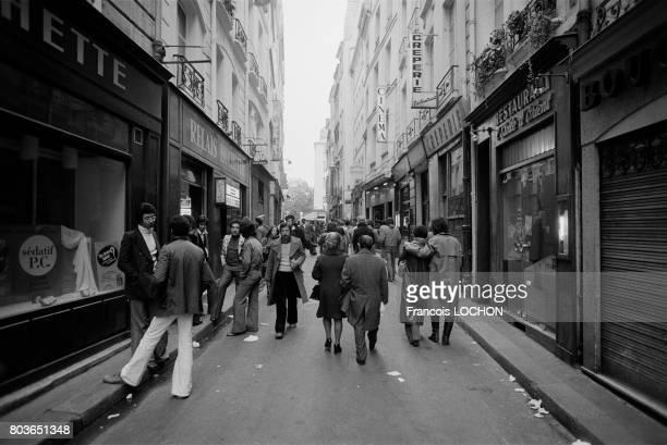 Scène de vie dans la rue de la Huchette à Paris en 1975 en France
