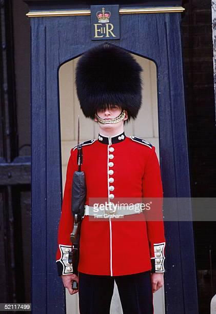 Scots Guard Outside Stjames's Palace In Traditional Bearskin Busby Hat