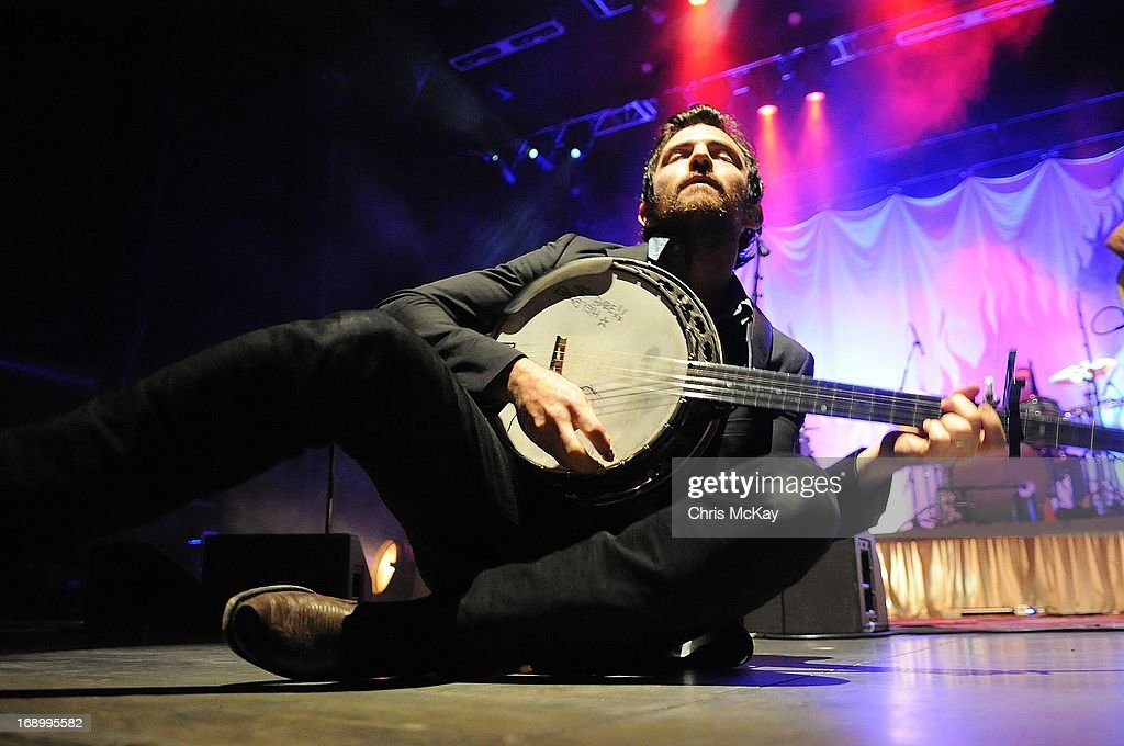 <a gi-track='captionPersonalityLinkClicked' href=/galleries/search?phrase=Scott+Avett&family=editorial&specificpeople=4271008 ng-click='$event.stopPropagation()'>Scott Avett</a> of Avett Brothers performs at Verizon Wireless Amphitheater on May 17, 2013 in Alpharetta, Georgia.