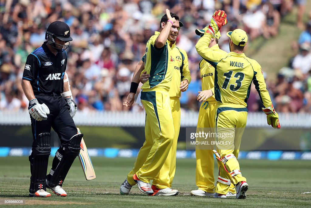 Scott Boland (C) and Matthew Wade (R) of Australia celebrate after taking the wicket of New Zealand's Kane Williamson (L) during the third one-day international cricket match between New Zealand and Australia at Seddon Park in Hamilton on February 8, 2016.   AFP PHOTO / MICHAEL BRADLEY / AFP / MICHAEL BRADLEY