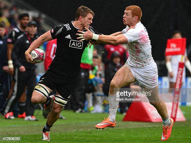 Scott Curry of New Zealand is chased by James Rodwell of England on his way to scoring a try during the Emirates Airlines Rugby 7s match between...