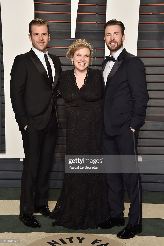 Scott Evans Carly Evans and actor Chris Evans attends the 2016 Vanity Fair Oscar Party Hosted By Graydon Carter at the Wallis Annenberg Center for...