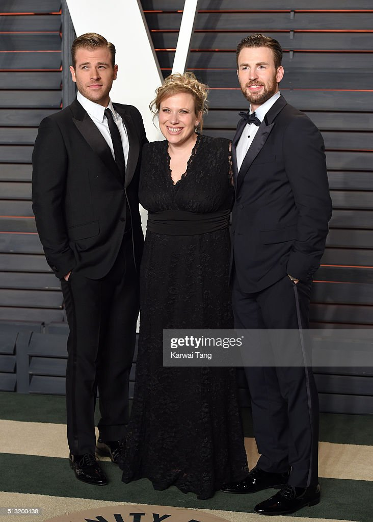 Scott Evans Carly Evans and Chris Evans attend the 2016 Vanity Fair Oscar Party Hosted By Graydon Carter at Wallis Annenberg Center for the...