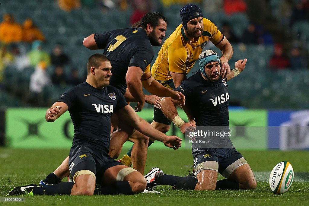 Scott Fardy of the Wallabies and <a gi-track='captionPersonalityLinkClicked' href=/galleries/search?phrase=Juan+Manuel+Leguizamon&family=editorial&specificpeople=661068 ng-click='$event.stopPropagation()'>Juan Manuel Leguizamon</a> of Argentina contest for the ball during The Rugby Championship match between the Australian Wallabies and Argentina at Patersons Stadium on September 14, 2013 in Perth, Australia.