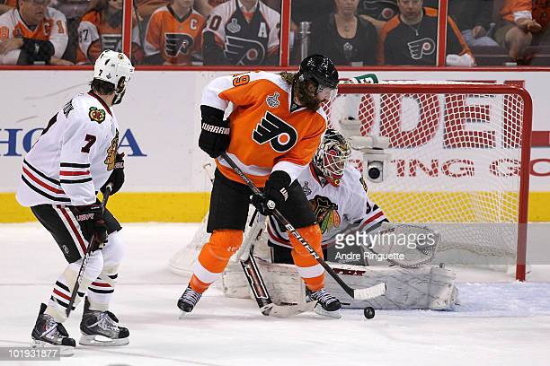 Scott Hartnell of the Philadelphia Flyers shoots to score a power play goal in the first period against Antti Niemi of the Chicago Blackhawks in Game...