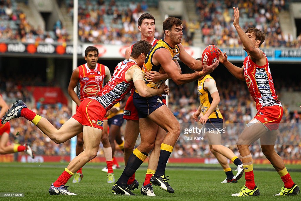 Scott Lycett of the Eagles looks to handball during the round 10 AFL match between the West Coast Eagles and the Gold Coast Suns at Domain Stadium on May 29, 2016 in Perth, Australia.