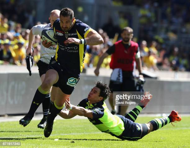 Scott Spedding of Clermont Auvergne breaks past Joey Carbery during the European Rugby Champions Cup semi final match between ASM Clermont Auvergne...
